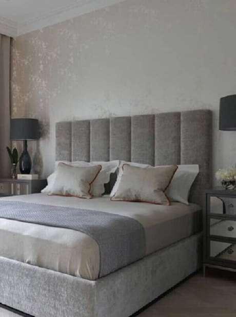 16. Quarto de casal decorado com cabeceira de cama cinza – Foto: Futurist Architecture