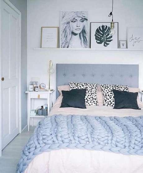 17. Quarto feminino decorado com quadros apoiados em prateleira e cabeceira cinza estofada – Foto: Pinterest