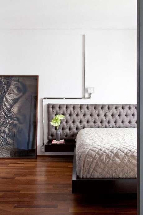 12. Decoração minimalista para quarto de casal com cabeceira capitonê cinza – Foto: Pinterest