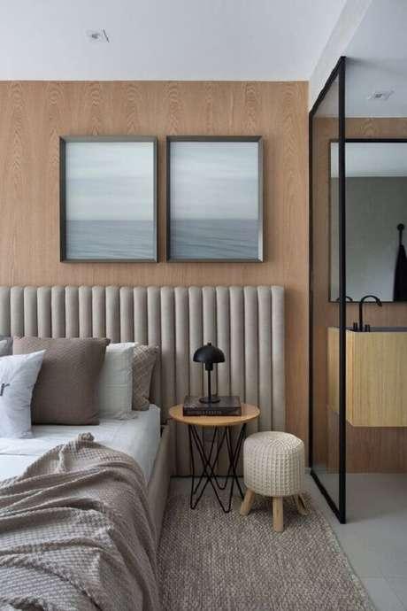 10. Modelo de cabeceira cinza estofada moderna para decoração de parede com revestimento de madeira – Foto: Studio Roca