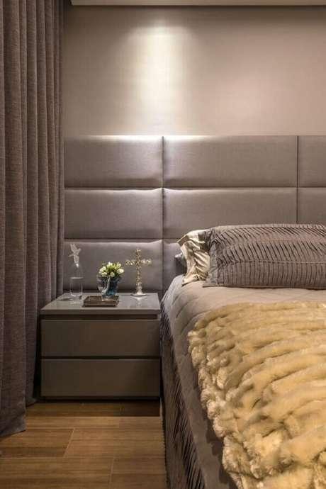 8. Decoração de quarto planejado com cabeceira de cama cinza estofada – Foto: Andréa Buratto Arquitetura