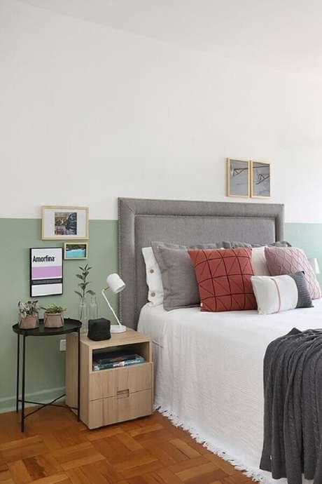 7. Quarto simples decorado com cabeceira cinza solteiro – Foto: Jeito de Casa