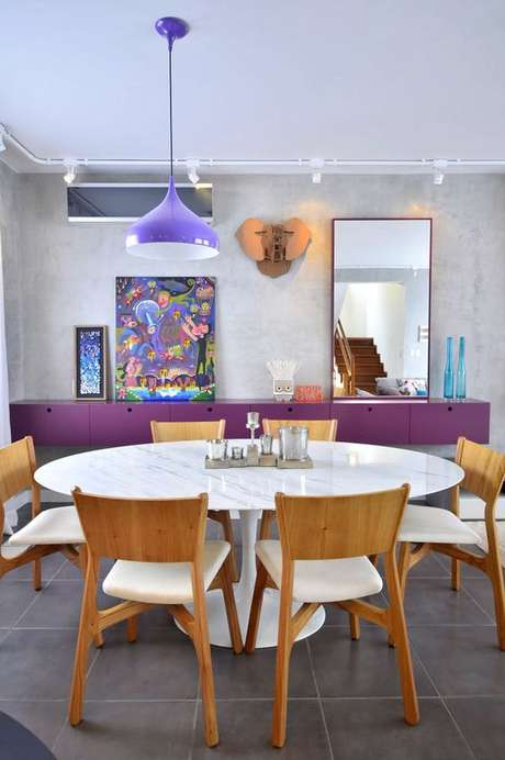 70. Sala de jantar colorida com mesa saarinen – Via: Casa Abril