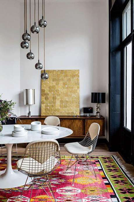 68. Sala moderna e colorida com mesa saarinen – Via: Pufik Homes