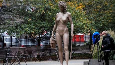 """""""Medusa com a Cabeça de Perseu"""" dá novo significado à conhecida história da mitologia grega, segundo idealizador; nas redes sociais, escultura foi criticada por algumas mulheres"""