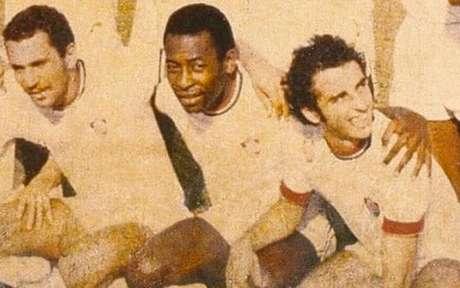 Pelé com a camisa do Fluminense em amistoso realizado na Nigéria (Foto: Divulgação/Fluminense)