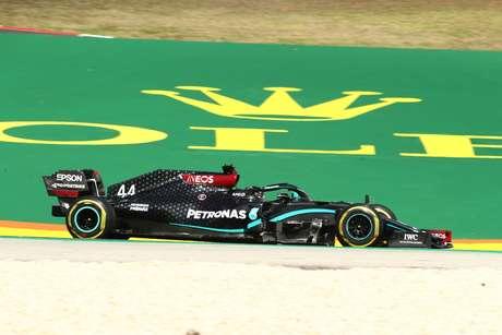 Lewis Hamilton teve dificuldades na sexta-feira