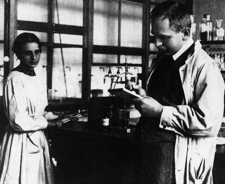 A combinação do conhecimento de Meitner (à esq.) em física com o de Hahn (à dir.) em química tornou a parceria deles bastante produtiva
