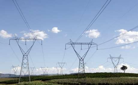 Linhas de transmissão de energia em Santo Antônio do Jardim (SP)  06/02/2014 REUTERS/Paulo Whitaker