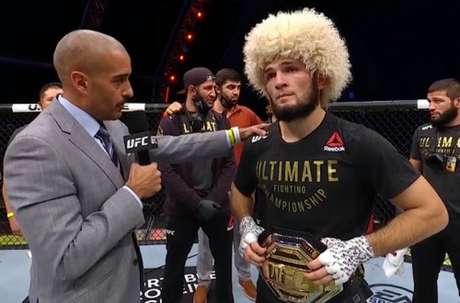 Bastante emocionado, Khabib anunciou sua aposentadoria do MMA após a luta (Foto: Reprodução YouTube UFC)