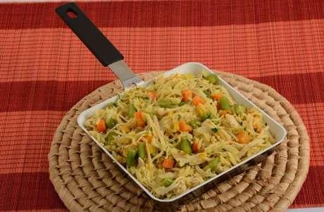 Guia da Cozinha - Arroz com frango na frigideira: praticidade e sabor