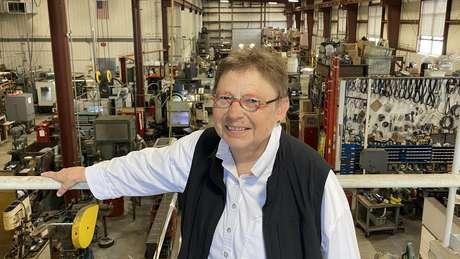 """Debbie Flood em sua fábrica, a """"The Melron Corporation"""""""