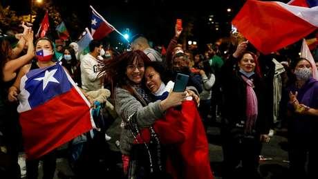 Eleitores comemoram resultado do plebiscito que decidiu mudar Carta Magna
