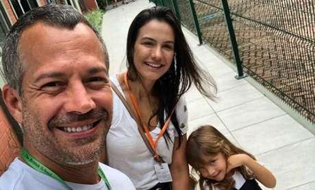 Malvino Salvador e Kyra Gracie ao lado de uma das filhas do casal.