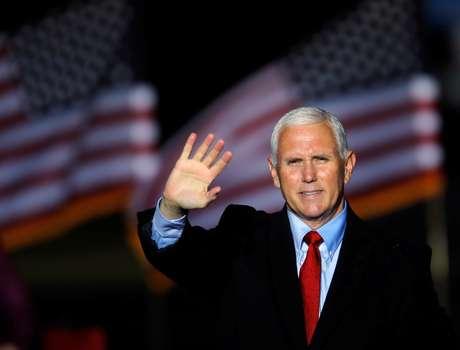 Vice-presidente dos EUA, Mike Pence, acena para apoiadores após comício em Kinston, na Carolina do Norte 25/10/2020 REUTERS/Jonathan Drake