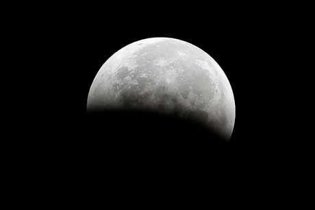 Eclipse lunar fotografado de Santa Mônica, na Califórnia 08/10/2014 REUTERS/Lucy Nicholson