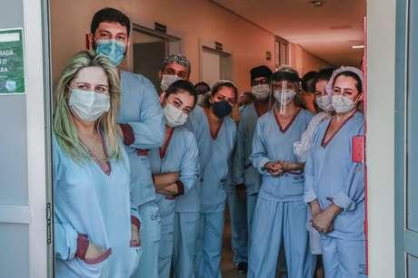 Familiares recepcionam saída de paciente em Maringá (PR) após quase um mês de internação por conta da covid-19