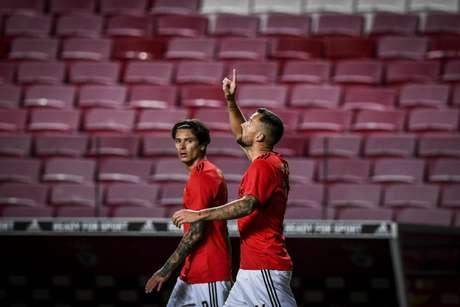 Seferovic e Darwin Ñúnez, os autores dos dois gols do Benfica na Luz (Foto: PATRICIA DE MELO MOREIRA / AFP)