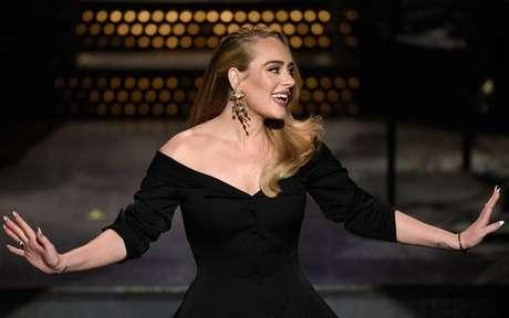 Adele canta grandes sucessos e brinca sobre perda de peso no 'SNL'
