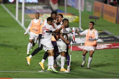 Nos pênaltis! Volpi salva, e São Paulo se classifica para as quartas da Copa do Brasil diante do Fortaleza