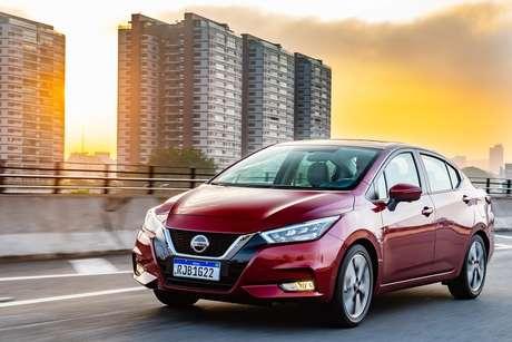 Nissan caprichou no design da nova geração do Versa, que tem a grade em V e spoilers no para-choque.