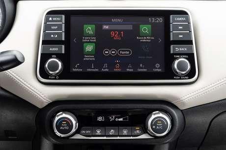"""Nova central multimídia Nissan Connect 7"""" entrega conectividade atual com tela tátil e vários botões físicos."""