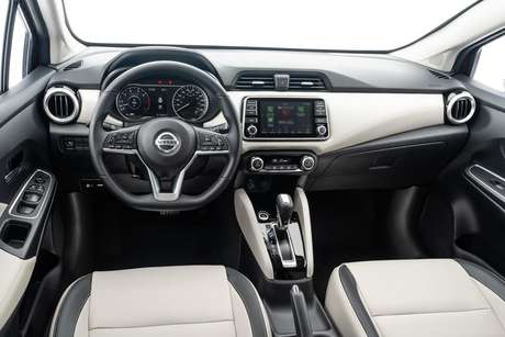 Interior do Versa de segunda geração tem um painel minimalista, como do SUV Kicks.