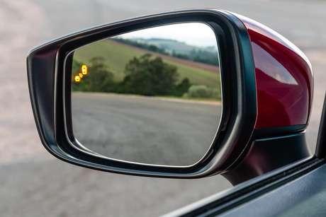 Monitoramento de ponto cego é uma das novas tecnologias embarcadas na segunda geração do Versa.