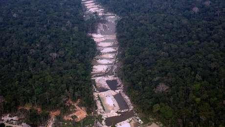 Um dos problemas enfrentados em muitas terras indígenas brasileiras é o avanço do garimpo