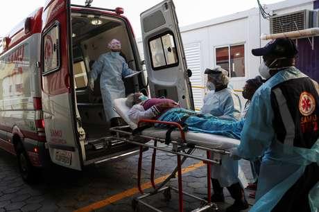 Idosa com dificuldades para respirar e outros sintomas da Covid-19 chega a hospital em São Paulo 02/07/2020 REUTERS/Amanda Perobelli