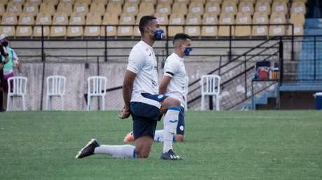 Antes da partida, jogadores do São Bento fizeram um protesto contra a situação (Foto: Neto Bonvino/Bento TV)