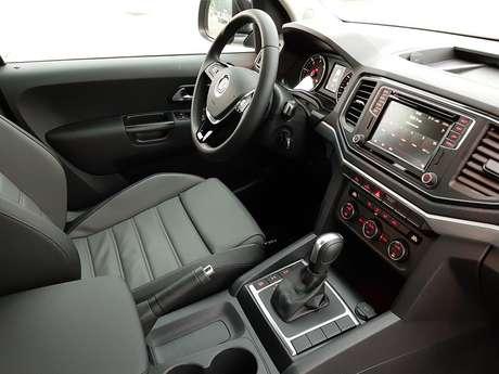 Bancos de couro das versões V6 são extremamente confortáveis e abraçam o corpo.