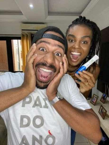 Fabiana e Vinicius juntos anunciando que aguardam primeiro filho (Divulgação)