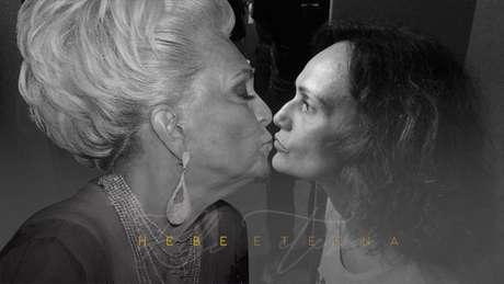 Faa Morena deu 'selinho' na projeção de Hebe na exposição em homenagem à grande dama da TV, em 2019
