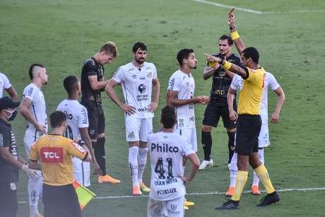 Lucas Veríssimo deixou o Santos com um jogador a menos ainda no primeiro tempo