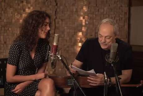 """Camilla Faustino e Toquinho em cena do clipe """"Rainha e Rei"""""""