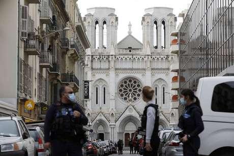 Policiais em frente à Basílica de Notre-Dame, em Nice