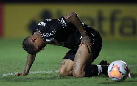 Carlinhos cobrou muito mal o pênalti que poderia ter tranquilizado o time vascaíno (Foto: AFP)