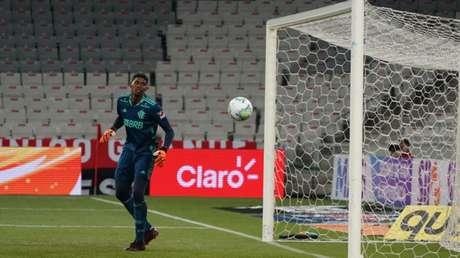 Hugo Souza observa a bola sair na Arena da Baixada: goleiro pegou quase tudo (Foto: Carlos Pereyra/Fotoarena)