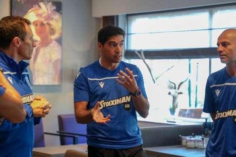 Técnico tem sua comissão de confiança (Foto: Divulgação/PAOK)