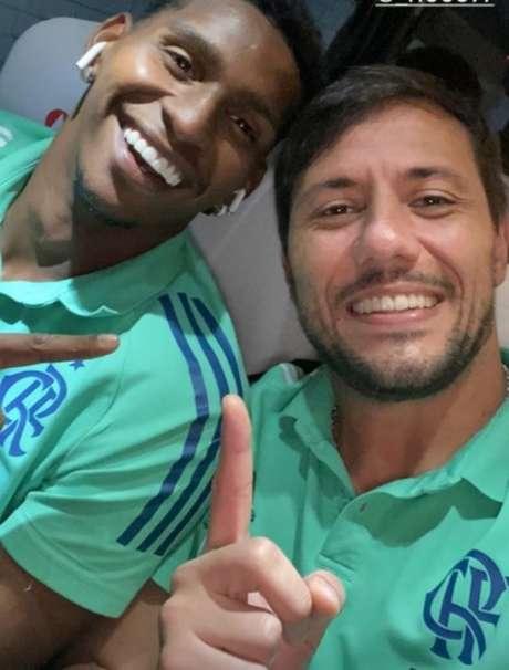 Hugo Souza e Diego Alves, logo após a vitória sobre o Athletico, por 1 a 0 (Foto: Reprodução / Twitter)