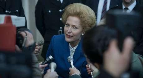 Gillian Anderson está parecida com Thatcher não apenas no visual, como também na voz, no jeito de andar e no gestual