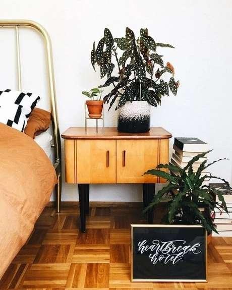 6. O quarto pode ficar ainda mais fresco e aconchegante com a presença da Begônia Maculata. Fonte: Pinterest