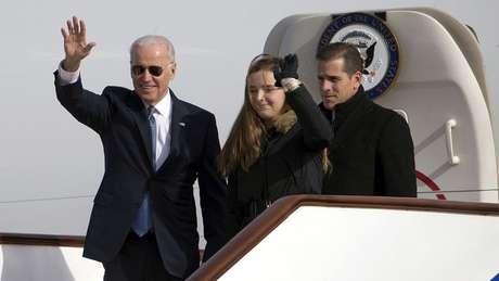 Joe Biden desembarca do Força Aérea Dois com sua neta e o filho, Hunter Biden