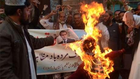 Bandeiras francesas, retratos e imagens de Macron foram queimados em protestos em todo o mundo islâmico