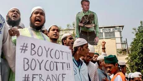 Em Bangladesh, dezenas de milhares foram às ruas para pedir um boicote aos produtos franceses e a expulsão de seus diplomatas