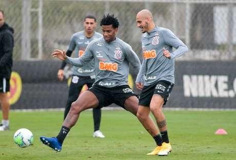 Fábio Santos e Gil devem ser titulares neste sábado diante do Internacional (Foto: Rodrigo Coca/Ag. Corinthians)
