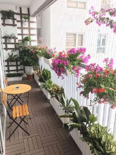 9. Decoração charmosa com flores e plantas para varanda pequena e simples – Foto: Babylon Landscape