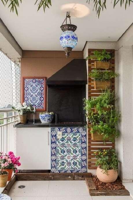8. Decoração com plantas para varanda gourmet com churrasqueira – Foto: Mariana Orsi