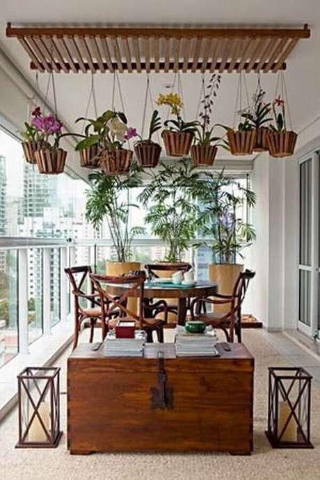 13. Decoração com móveis de madeira e plantas para varanda de apartamento – Foto: Ana Luiza Florez